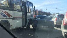 В Смоленске на перекрёстке столкнулись автобус и «Альфа Ромео»