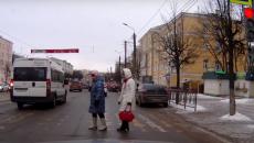 В Смоленске езду маршрутки на «красный» по переходу сняли на видео