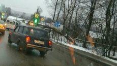 В Смоленске упавшее дерево парализовало движение на Верхнем Волоке