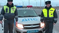 Полицейские вытащили автомобиль смолянки из снежного плена