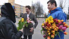 Смоленские единороссы подарили цветы женщинам в день 8 марта