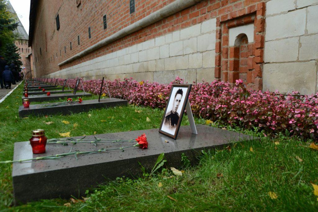 могилы защитников и освободителей Смоленска в годы ВОВ в Сквере Памяти Героев