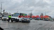 В Смоленске на перекрёстке столкнулись маршрутка и кроссовер
