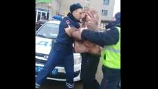 Драка рославльских полицейских с прохожим попала на видео