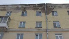 В Смоленске упавшая глыба льда разбила вход в «Центр матери и ребёнка»