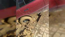 В Смоленске автомобиль провалился в яму на парковке