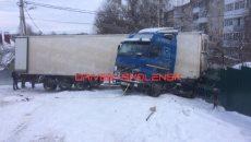 В Смоленске фура из-за заноса закрыла движение по переулку