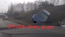 В Смоленске автоледи на иномарке вылетела на обочину