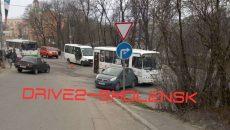 В Смоленске маршрутка столкнулась с малолитражкой возле собора
