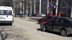 В Смоленске «ничейная» маршрутка врезалась в легковую «Шкоду»