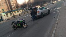 В Смоленске мотоциклист врезался перед «зеброй» в иномарку