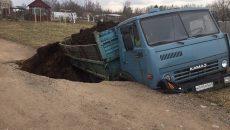 Под Смоленском провал в асфальте поглотил «Камаз»