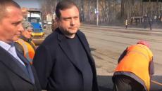 Алексей Островский проверил ход дорожных работ на улице Нормандии-Неман в Смоленске
