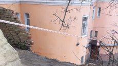 В Смоленске комиссия мэрии обследовала рухнувшую опорную стену жилого дома