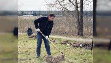 Алексей Островский принял участие в субботнике по благоустройству воинских мемориалов в Смоленской области