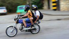 «Двух человек чуть не убил!» Под Смоленском мотоциклист на полном ходу пронесся по «зебре»