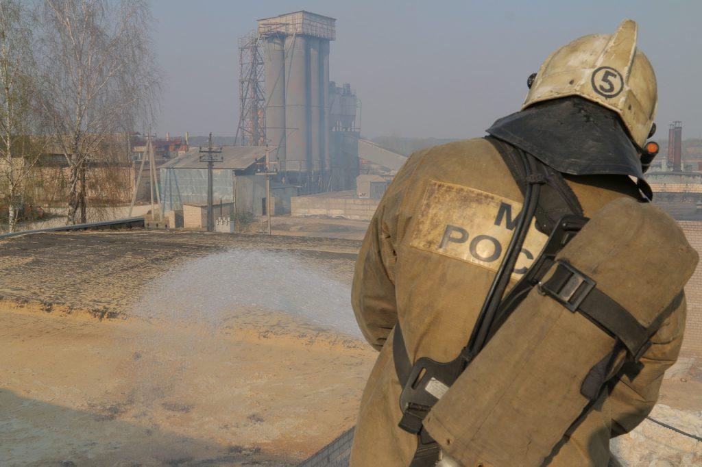 пожар 25.04.2019 на лесопилке в Маркатушино_1 (фото 67.mchs.gov.ru)