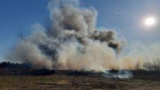 Под Смоленском к тушению горящей свалки привлекли дополнительные силы