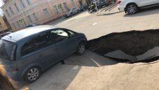В Смоленске образовался провал на стоянке возле СмолГУ