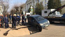 В Смоленске провал асфальта возле СмолГУ сняли на видео