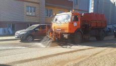Около сорока единиц спецтехники убирают Смоленск от песка и пыли