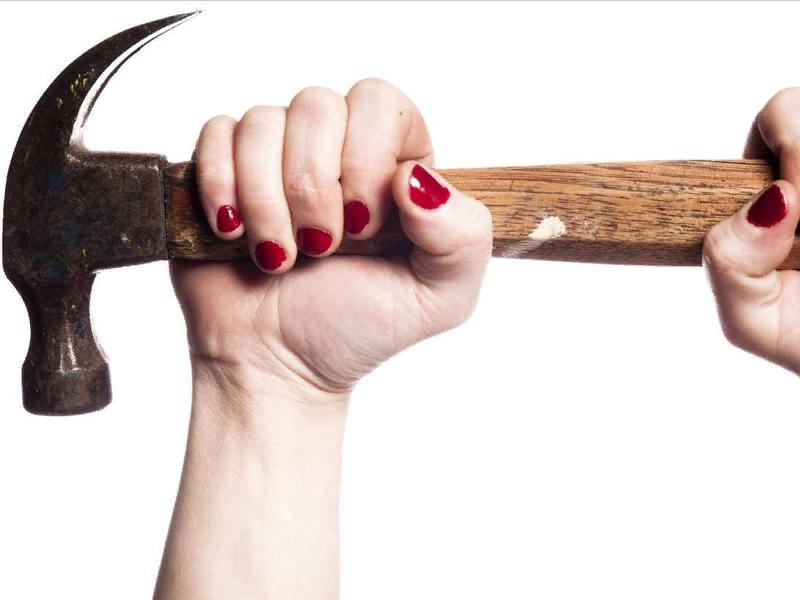 женщина, молоток, гвоздодёр, угроза убийством, угроза причинением тяжкого вреда здоровью (фото theglobeandmail.com)