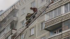 В Смоленске пожарные сняли с балкона горящей квартиры полуголого мужчину