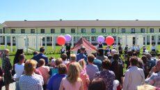 В школе-интернате «Феникс» в смоленской глубинке открыли бассейн, памятник педагогу и амфитеатр