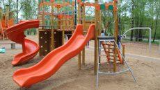 Алексей Островский поручил главе Смоленска исправить покрытие детской площадки в парке «Соловьиная роща»