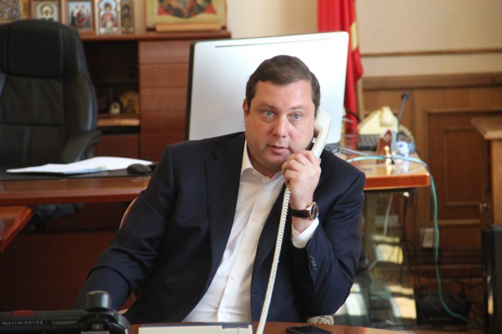 Алексей Островский разговаривает по телефону