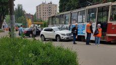 В Смоленске трамвай помял кроссовер Mercedes
