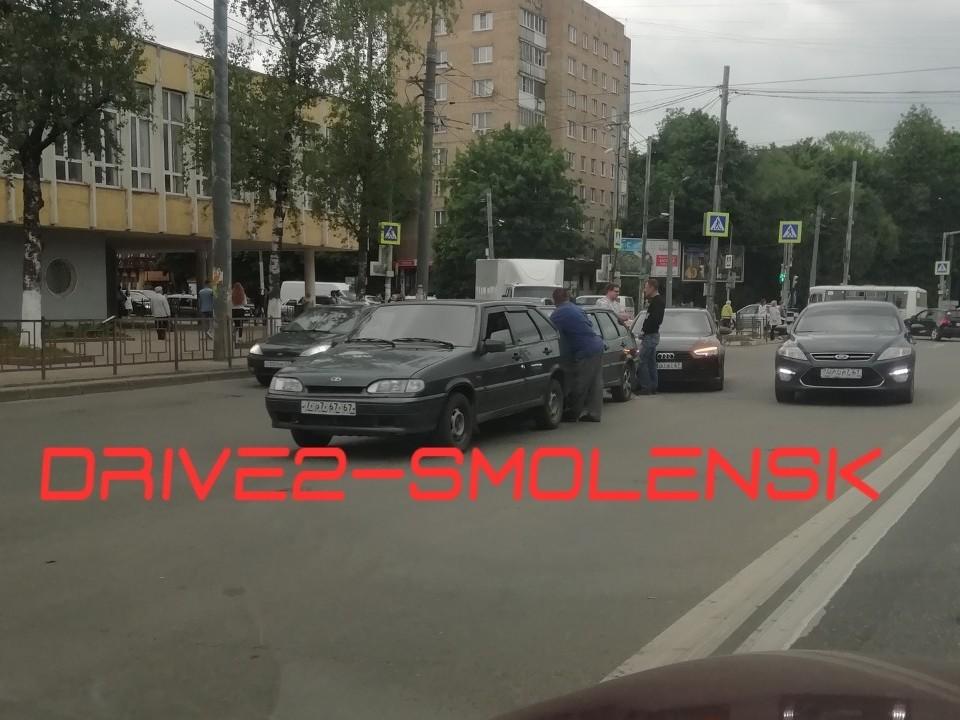 В Смоленске ДТП с двумя «Самарами» осложнило движение на перекрёстке