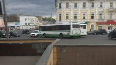 В Смоленске автобус врезался на площади в кроссовер