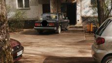В Смоленске автохам превратил подъезд жилого дома в гараж