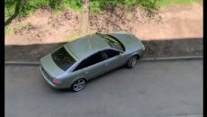 В Смоленске «поединок» автохама и бордюра сняли на видео