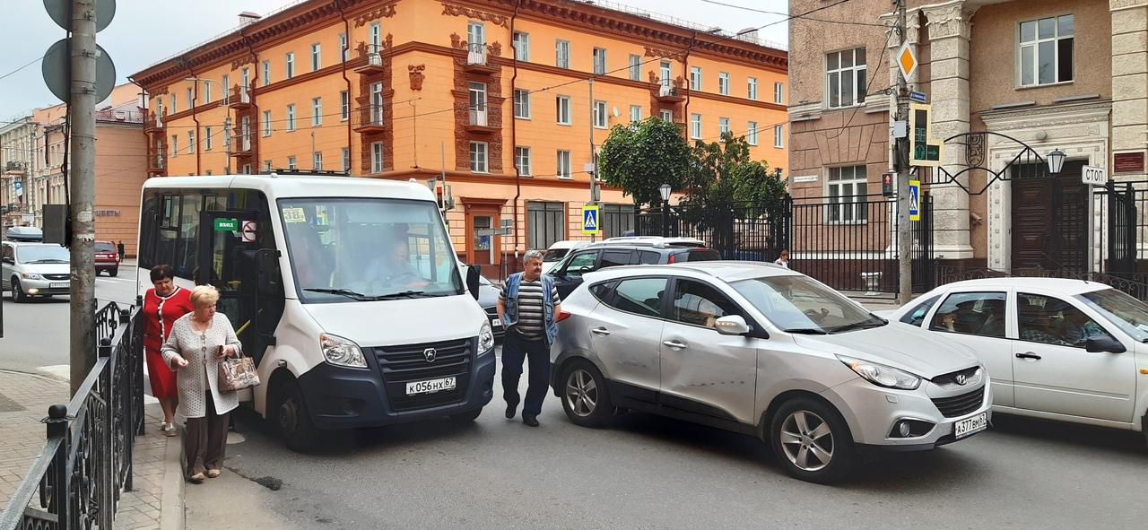 В центре Смоленска маршрутка с пассажирами попала в ДТП