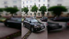 В Смоленске водитель припарковался на клумбе
