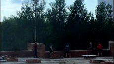 Смоленские подростки устроили опасные игры на крыше недостроя
