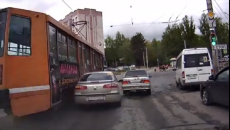 В Смоленске момент столкновения трамвая с легковушкой сняли на видео