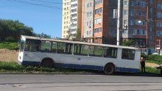 В Смоленске вылетевший с дороги троллейбус сняли на видео
