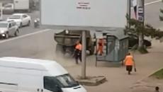 В Смоленске сомнительную уборку песка с улицы сняли на видео