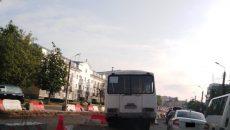 В Смоленске автобус влетел в зону ремонта путей на проспекте Гагарина