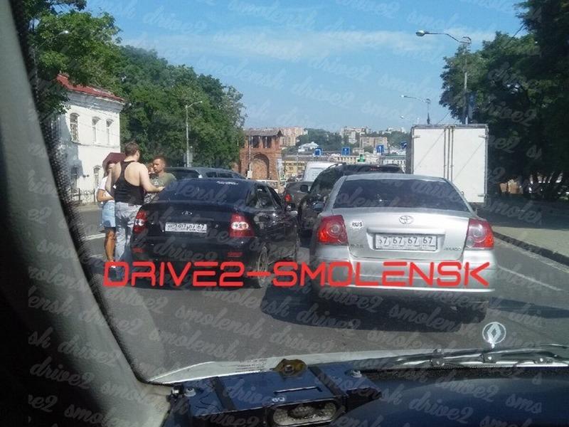В Смоленске авария с «Ладой» и иномаркой привела к затору на спуске