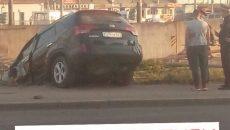 В Смоленске кроссовер вылетел с шоссе в кювет
