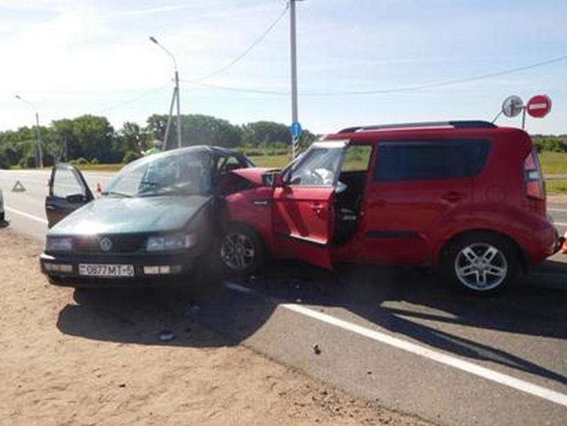 В Смоленске в ДТП на окружной пострадали водитель и пассажирка «Фольксвагена»