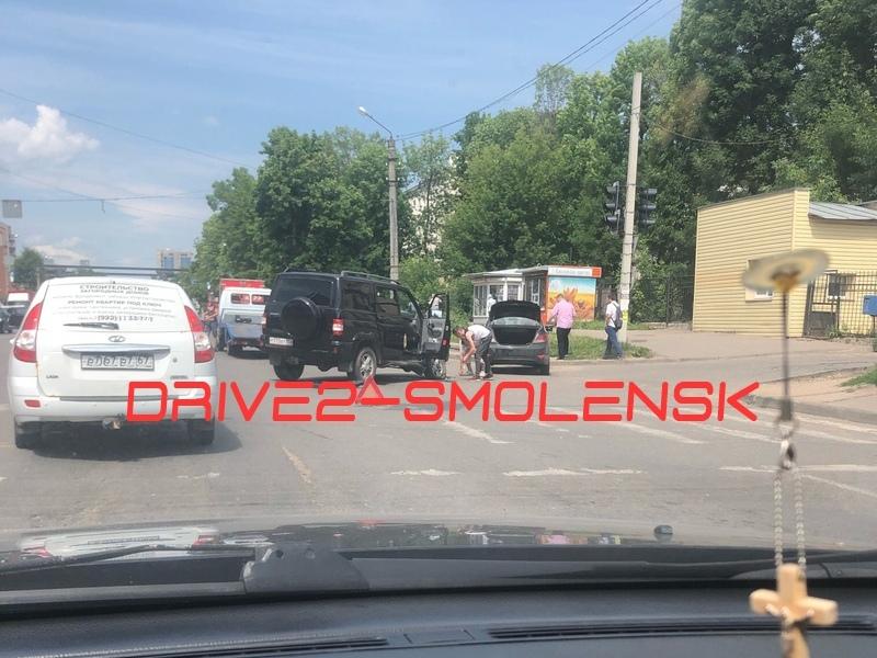 В Смоленске у въезда в областную больницу «Патриот» врезался в иномарку