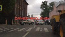 В Смоленске ДТП с кроссовером почти целиком перекрыло дорогу к набережной