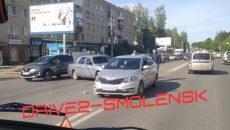 В Смоленске жёсткое ДТП возле остановки перекрыло половину улицы