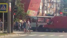 В Смоленске троллейбус врезался в дорожный знак на месте аварии и «пробки»