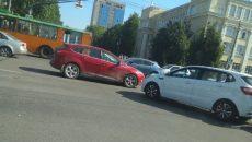 В Смоленске ДТП наполовину перекрыло движение на оживлённом перекрёстке